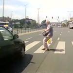 Piroson hajtott át az autós, a reflexe mentette meg a gyalogos életét – videó