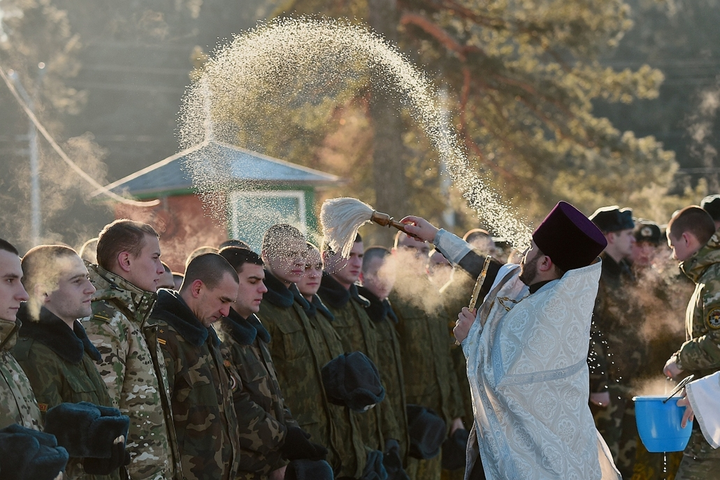 afp. BELARUS, Minsk 2015.01.07. katonák megáldása  - Belarus soldiers take part in an Orthodox service in a military base in Minsk on January 7, 2015. Orthodox Christians celebrate Christmas on January 7 in the Middle East, Russia and other Orthodox churc