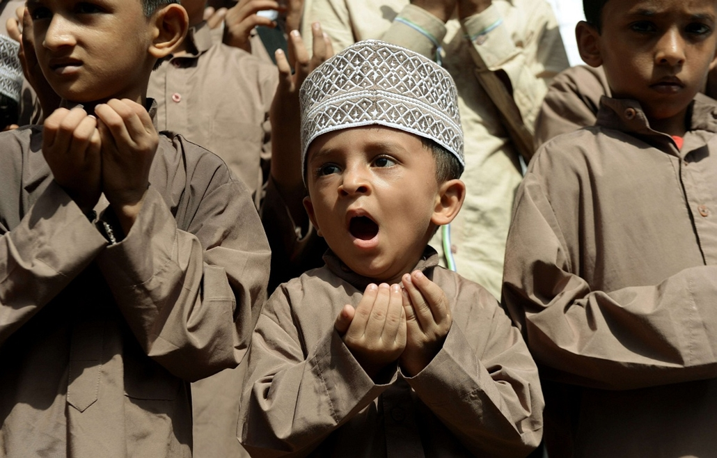 afp. hét képe 0623-0628 - india, muszlim fiú, 2014.06.26. An Indian Muslim boy reacts as he takes part in a special prayer for better rainfall, in Mumbai on June 26, 2014.  The India Meteorological Department (IMD) has declared the start of the monsoon se