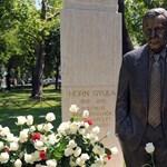 Cigarettát adtak a Horn Gyula-szobor kezébe Angyalföldön