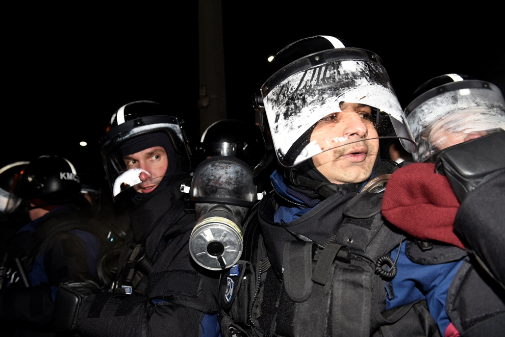 ji.e_! 18.12.16. tüntetés a rabszolgatörvény és a különbíróságok ellen