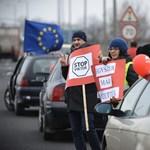 Fotók: Félpályás útlezárásokkal tüntetett az MSZP