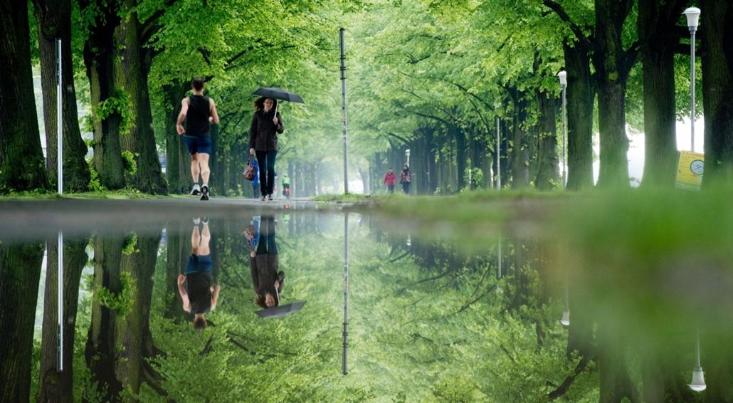 afp. nagyításhoz - esernyő - eső, időjárás, zivatar, vihar, Hannover, Németország, 2013.05.29.