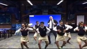 Milliók nézik a kissé őrült tanár videóját