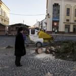 Feldöntötte a szél Székesfehérvár karácsonyfáját – fotók