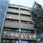 16 méteres falloszt emeltek Berlinben