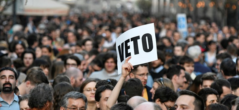 Dulakodás volt a Kossuth téren a CEU-s demonstráció után