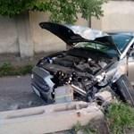 Hármas karambol volt Ferencvárosban, egy villanyoszlop is kidőlt