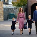 Sarolta hercegnő az anyja kezébe kapaszkodva érkezett első nap az iskolába