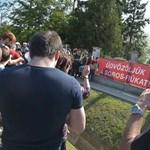 Sorosozó molinóval és pogácsával várták Felcsúton a korrupció elleni tüntetőket