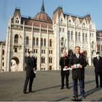 A Fidesz szappanoperába taszítaná az ellenzéket, de végül megoldhatta egy házi feladatukat