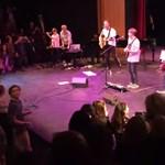 Gyerekekkel énekelt Prince-dalt a Coldplay frontembere