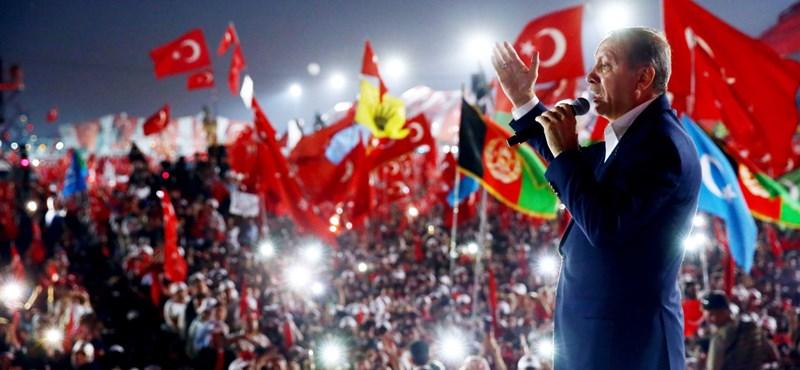 Év végéig marad a rendkívüli állapot Törökországban