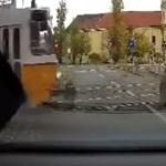 Videón a reggeli baleset, amikor villamos elé hajtott az autós Budapesten