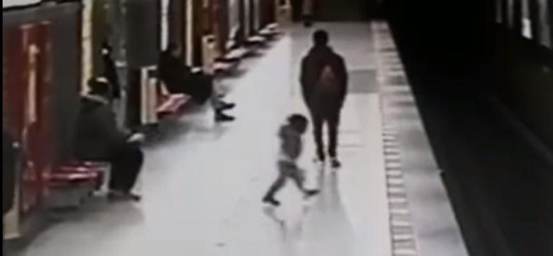 Ezek a mai fiatalok: bátor fiú mentette meg a metrósínekre zuhant gyereket