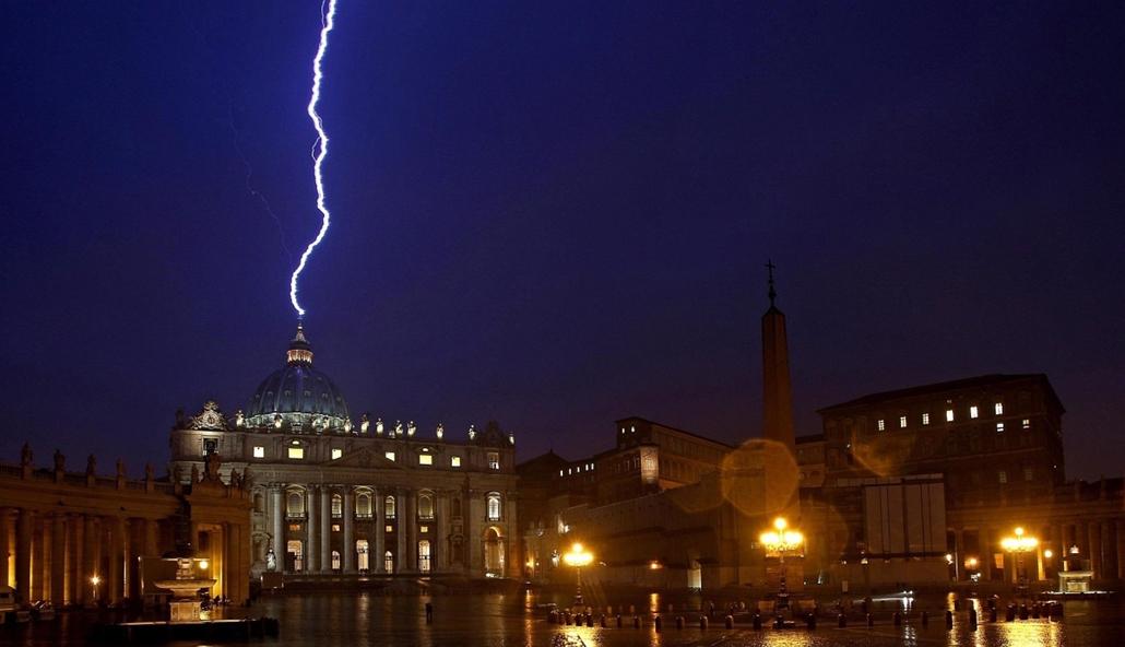 Vatikán, Szent Péter-Bazilika, villám