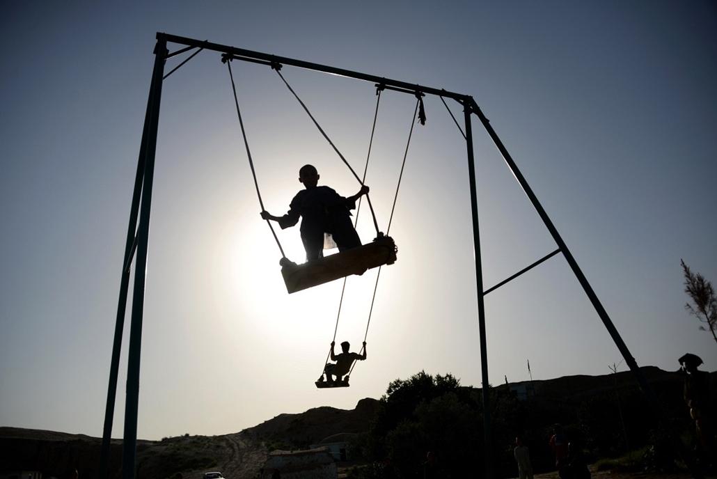 afp.14.05.13. - Mazar-I Sharis, Afganisztán: afgán gyermekek a hintán - 7képei