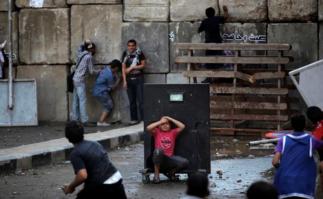 Megsérült tüntető keres menedéket a kairói amerikai nagykövetség közelében , arab világ, tüntetések, mohammed próféta
