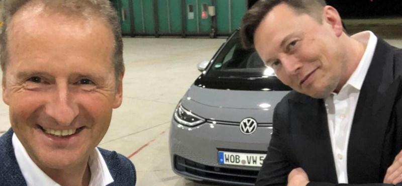 Videó: Elon Musk a VW vezérével kocsikázott egyet a németek villanyautójában