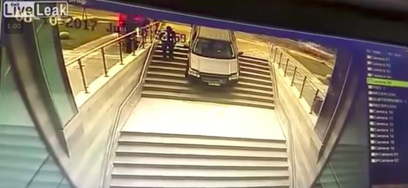 Csak a parkolóba akart behajtani, de nagyon rossz vége lett – videó