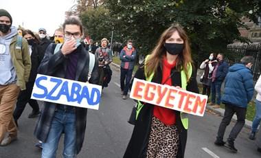 Több ezren vettek részt az SZFE mai tüntetésén