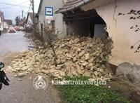 Buszmegállóra dőlt egy ház oldala Tahitótfaluban