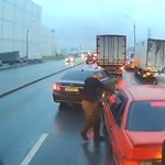 Már könnygáz spray-vel harcolnak az orosz autósok - videó