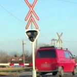 A sorompót kikerülve hajtott át a síneken egy kisbusz - videó
