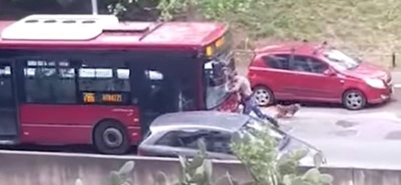 Videó: Szándékosan hajtott neki egy embernek a római buszsofőr