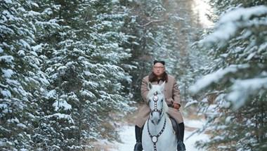 Kim Dzsong Un lóra pattant, és egy hegy tetejéig ügetett, hogy elmélkedjen – fotók