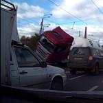 Videó: a kanyarodó kamion az oldalára borulva zuhant a személyautók közé