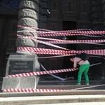Piros-fehér szalagok kerültek a Képzőművészeti Egyetemre is