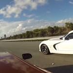 Videó: autópályán csatázott a McLaren és az új Viper