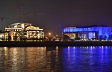 Kékbe borult több épület Budapesten a gyerekek miatt