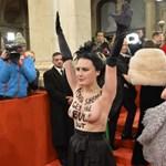 Félmeztelen nő rontott be a bécsi operabálba