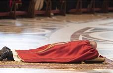 Ferenc pápa idén is fekve imádkozott a Szent Péter-bazilikában
