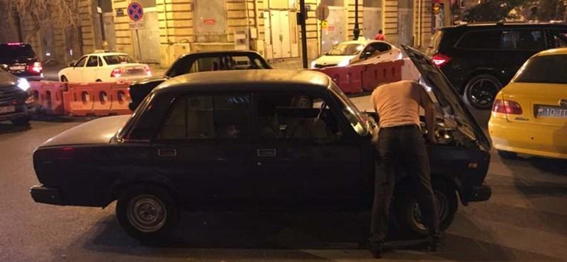 Zseniális jelenet, amint Damon Hill az út szélén Ladát szerelne Azerbajdzsánban