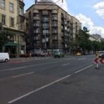 Kilyukadt a Bajcsy-Zsilinszky út a metrópótlók alatt