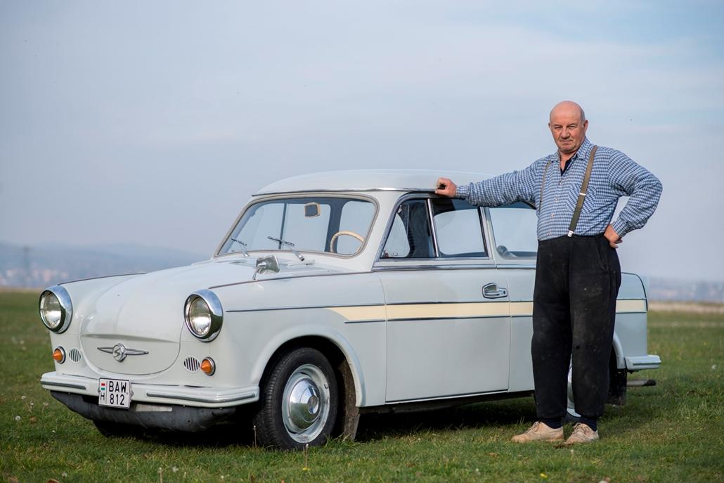mti.17.11.05. - Marosi Károly áll 1963-as évjáratú Trabant 600-as autója mellett Szilágy közelében