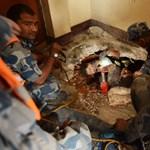 Csoda Nepálban: 5 nap után élve húztak ki a romok alól egy kamaszt