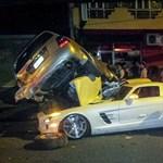 Toyota alá fúródott egy sirályszárnyú Mercedes