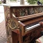 A nap videója: ösztöndíjat kapott a zseniális hajléktalan zongorista