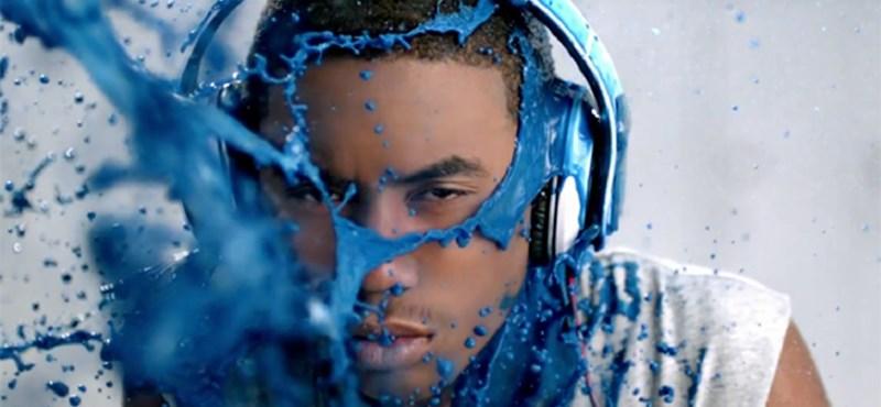 Arcbarobbanóan színes reklám készült Dr. Dre fülhallgatójának (videó)