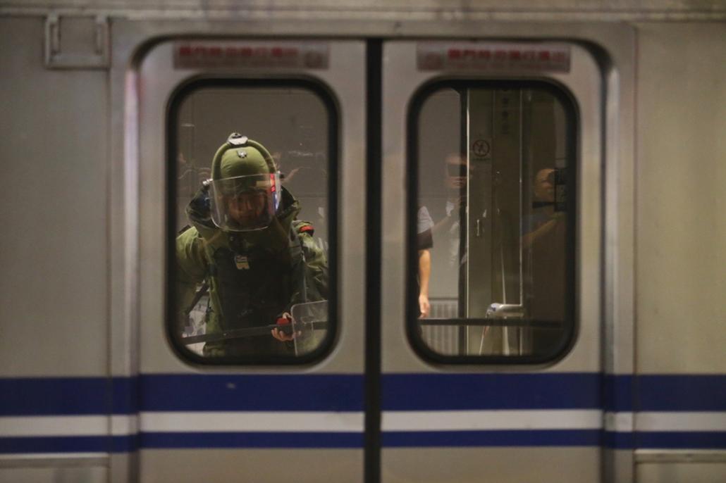 afp.16.07.08. - Tajpej Szonsan vasútállomásán 2016. július 7-én, miután csőbomba robbant az állomásra érkező vasúti szerelvényen. A detonációban 25 utas megsebesült, ketten közülük súlyos állapotban vannak.