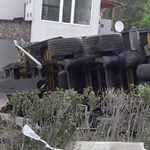 Fotók: Solymáron kamion rontott egy udvarba, hatalmas a dugó a 10-esen
