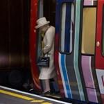 Fotó: hintó helyett metrózott II. Erzsébet brit királynő