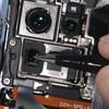 Videó: Szétszedték a Huawei P30 Prót, ezt találták a belsejében