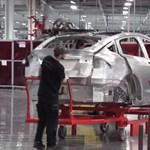 Videóra vették végre: így folyik a munka a Tesla gyárában