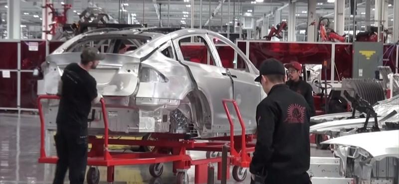 Elon Musk új ötlete: a Tesla vásárlók segíthetnek a gyárban autójuk összeszerelésében