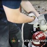 Videó: Nehéz munkával mentettek ki egy pincébe zuhant munkást